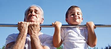 Private Altersvorsorge: Opa mit Enkel machen Klimmzüge