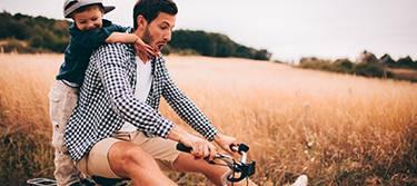 Früh übt sich: Sowohl beim Fahrradfahren mit dem Nachwuchs als auch beim Sparen für Kinder mit Fonds