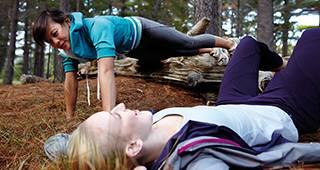 Kurtagegeldversicherung: Zwei Frauen machen Reha-Sport im Wald