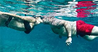 Reisegepäckversicherung: Person im Wasser