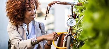 Frau schließt Fahrrad ab