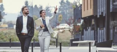 Frau und Mann laufen durch Wohnkomplex