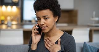 Beschwerde melden: Frau am Telefon