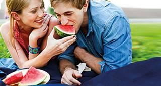 Existenzschutzversicherung: Mann isst Melone