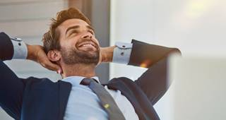 Dienstunfähigkeitsversicherung: Beamter bei der Arbeit