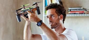 Drohnenversicherung - Mann mit Drohne