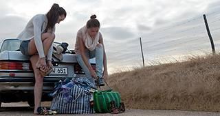 Kaskoversicherung: Zwei Personen auf Auto