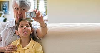 PflegeBAHR: Oma und Enkel machen ein Selfie