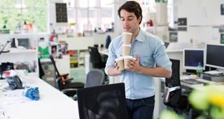 Unterstützungskasse: Mann mit Kaffee