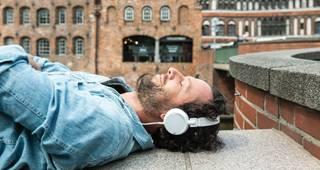 Unfallversicherung mit Beitragsrückgewähr: Mann hört Musik