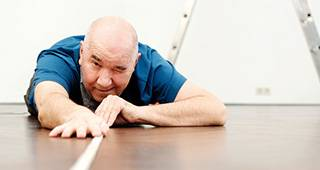 Gewerbliche Gebäudeversicherung: Handwerker arbeitet