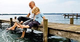 Sterbeversicherung: Opa mit Enkel