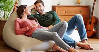 Mann und Frau sitzen entspannt gemeinsam in einem Zimmer