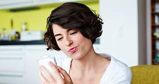 Kunden App: Frau mit Smartphone