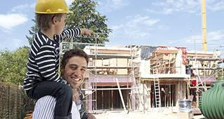 Bauherrenhaftpflicht: Mann mit Kind auf Baustelle