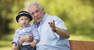 Rürup Rente: Opa lacht mit Enkel