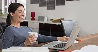 Elektronikversicherung: Frau mit Laptop