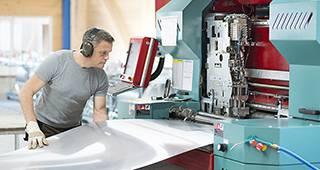 Inhaltsversicherung: Mann arbeitet mit dem Inventar