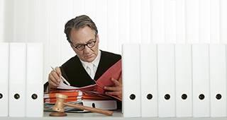 Privatrechtsschutz: Anwalt mit Akten