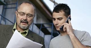 Betriebshaftpflichtversicherung: Mann hält Vertrag