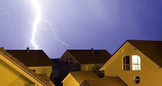 Elementarversicherung: Unwetter mit Blitz