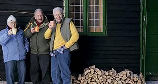 Riester Rente: Männer in Winterjacke