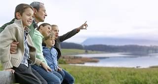 Pflegemonatsgeldversicherung: Familie in der Natur