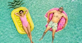 Reiserücktrittversicherung: Mann und Frau entspannt im Wasser