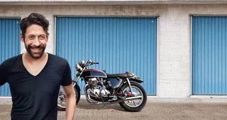 Motorradversicherung: Person mit Motorrad